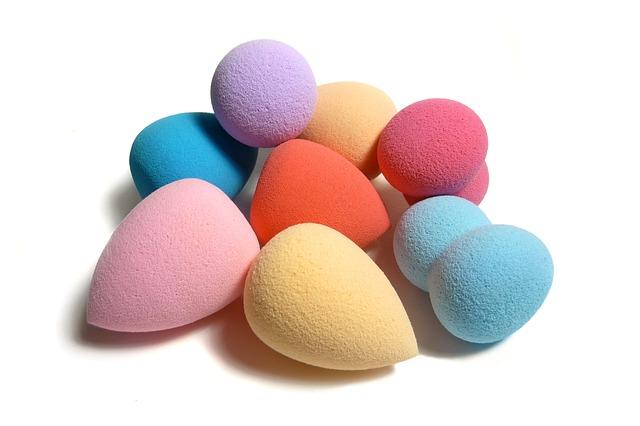 Esponjas de maquillaje que pueden ayudarte a aplicar nuestro colorete natural sólido.
