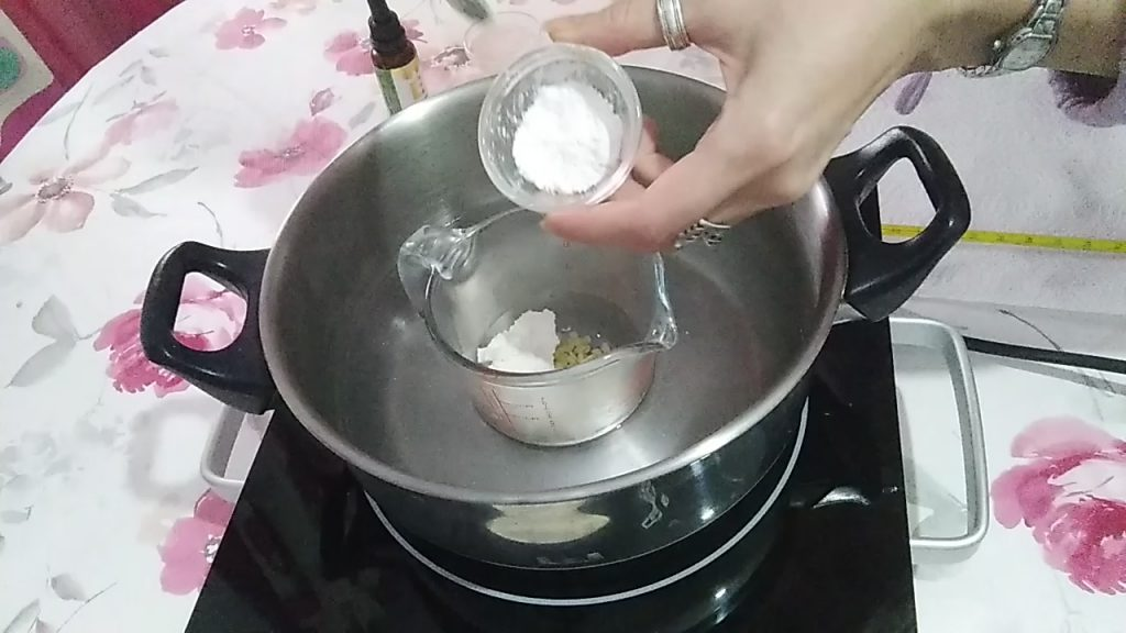 Añadiendo el óxido de zinc, junto a la cera de abejas y a la manteca de karité al baño maría..